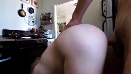 Frauen in küche nackte der Milf spielt
